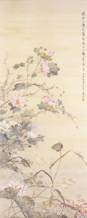 本図は、蓮や芙蓉(ふよう)の花が咲く池のほとりを描いた絵です。バッタや蝶などの昆虫、メダカなどの魚、そして花、それぞれを丁寧に描いています。枯れた茎の見事な表現など草雲の壮年期の作品と考えられる花鳥画を代表するものです。
